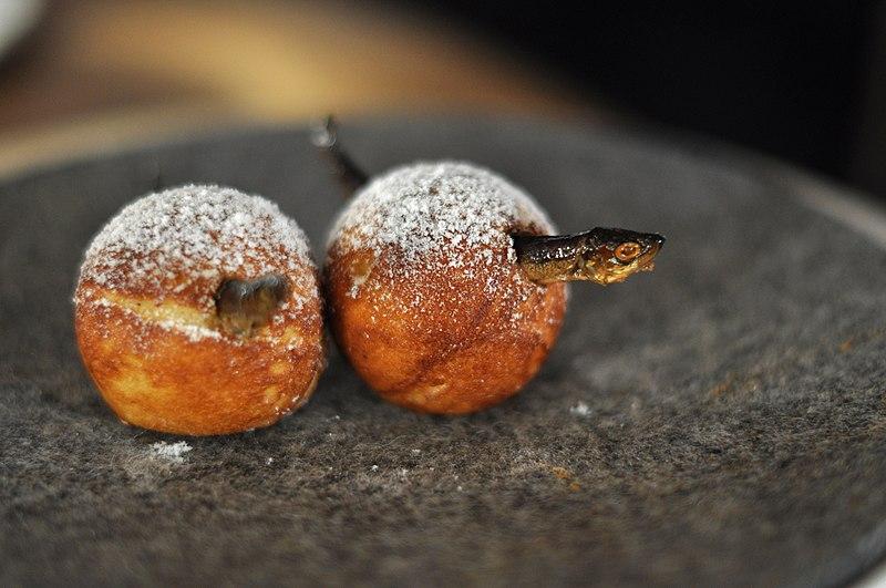 File:Restaurant Noma Æbleskiver med syltet agurk og røget muikku (4959170731).jpg