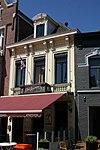 foto van Woonhuis waarvan de lijstgevel in Eclectische stijl is uitgevoerd. Tussen 1825 en 1872 bestond het huis in combinatie met een winkel