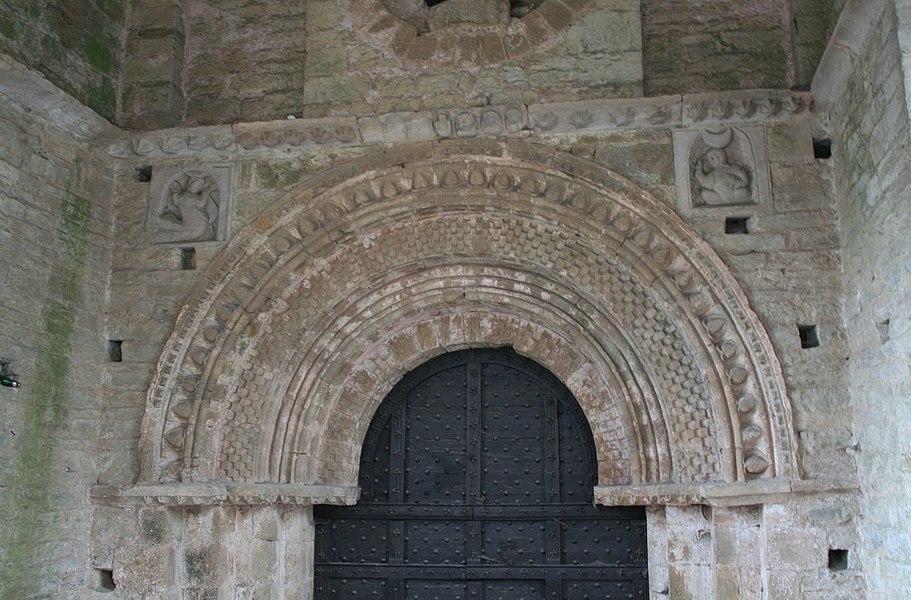 Saint-Pons-de-Thomières (Hérault)- cathédrale - porte des morts - reliefs du soleil et de la lune