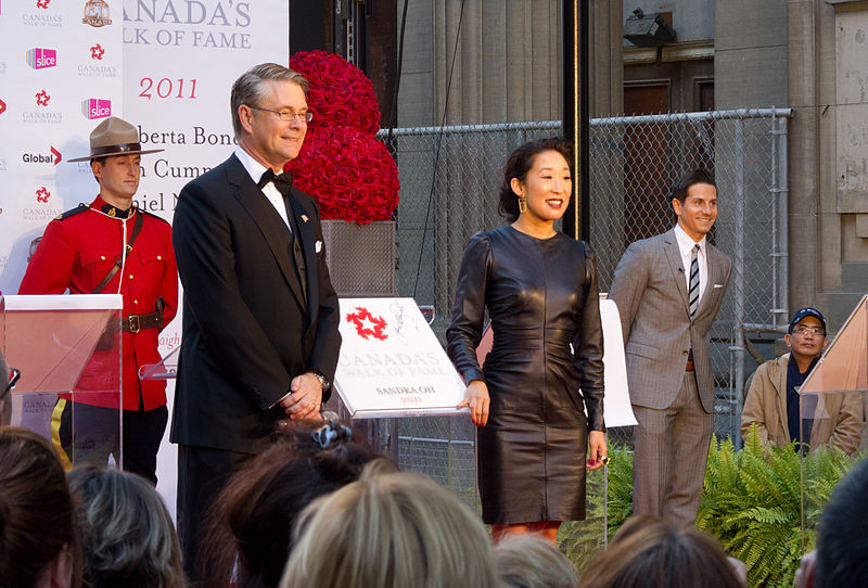 http://upload.wikimedia.org/wikipedia/commons/thumb/6/6f/Sandra_Oh_at_Walk_of_Fame.jpg/800px-Sandra_Oh_at_Walk_of_Fame.jpg