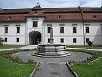 Schloss Auhof Linz Brunnen.JPG
