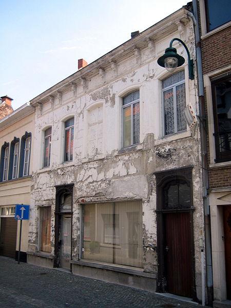 Dit 18de-eeuwse burgerhuis staat in de Schoolstraat in Lokeren. Het pand werd aangepast in de 19de en 20ste eeuw. De deur in de rechtertravee leidt naar een klein pleinbeluikje. In 1998 werd het pand beschermd als monument.