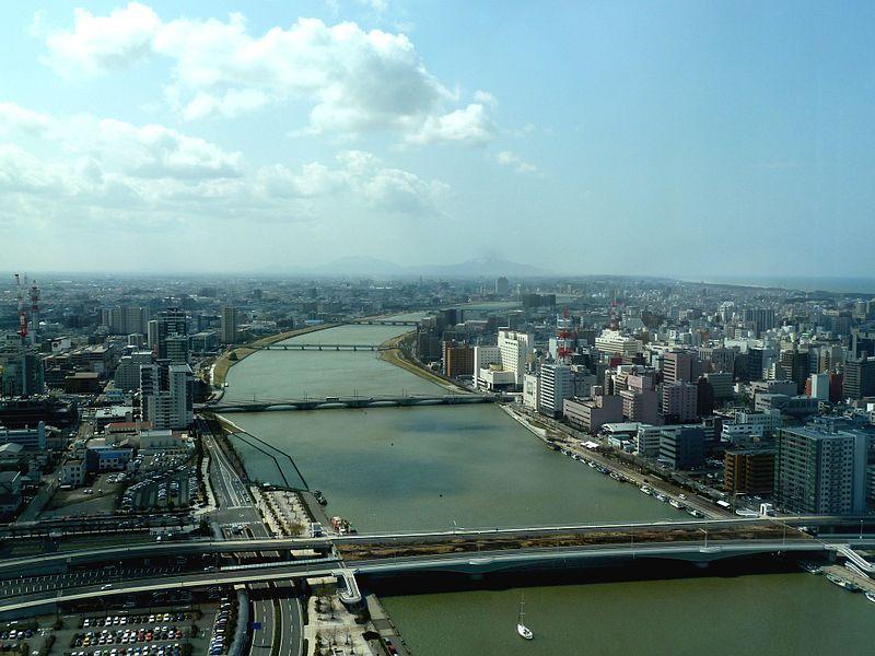 新潟市街を流れる信濃川、右岸下流側より(橋は手前より柳都大橋、萬代橋、八千代橋、昭和大橋の順)2012年3月27日撮影