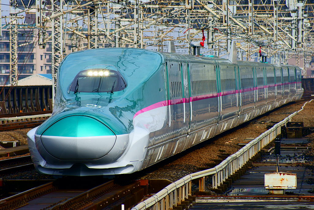 Shinkansen (bullet train) : The Hayabusa super express (Series E5 train)