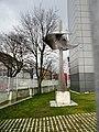 Skulptur am Telekom-Gebäude.jpg