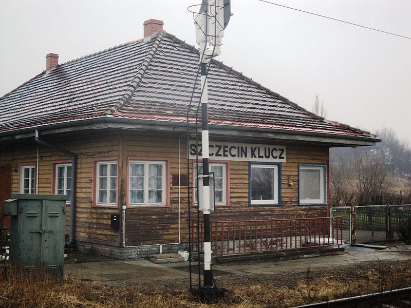 File:Stacja Szczecin Klucz budynek stacji.jpg