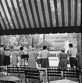 Stadspark met een rij mensen ervoor, gezien vanuit een terras, vermoedelijk Diez, Bestanddeelnr 255-1750.jpg