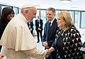 Susana Malcorra saluda al Papa Francisco.jpg