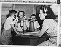 Telefoon familiegesprek met Nederland, Bestanddeelnr 902-0671.jpg