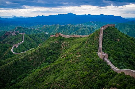 A Grande Muralha da China foi construída por várias dinastias ao longo de dois mil anos para proteger as regiões agrícolas sedentárias do interior chinês de incursões de pastores nômades das estepes do norte. - República Popular da China