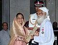 The President, Smt. Pratibha Devisingh Patil presenting Padma Vibhushan Award to Shri Sunderlal Bahuguna at the Civil Investiture Ceremony, at Rashtrapati Bhavan, in New Delhi on April 14, 2009.jpg