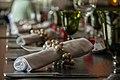 Tischdekoration mit Serviettenhalter - panoramio.jpg