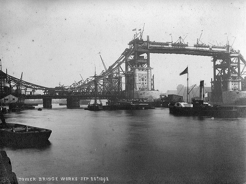Construction du Tower Bridge à Londres en 1892.