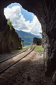 Trem cargueiro em aproximação da travessia do túnel.jpg