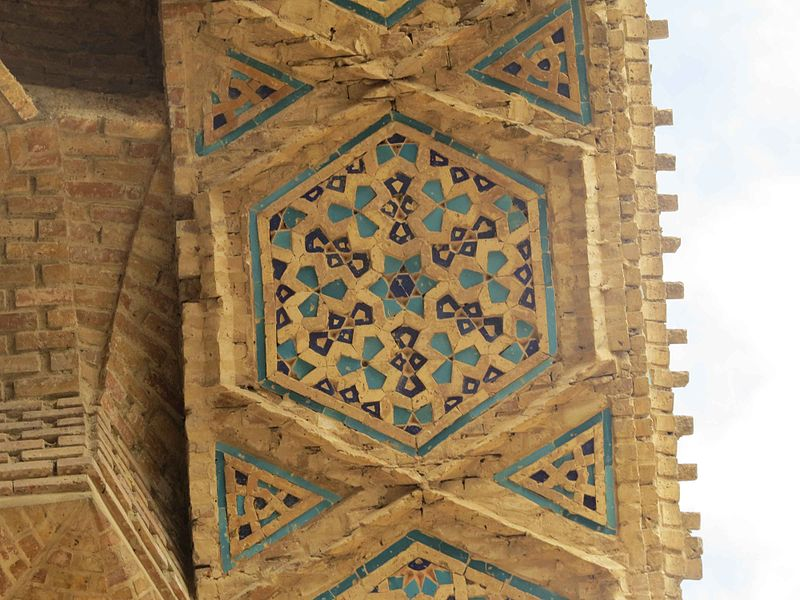 File:Varamin Grand Mosque - Details on the Main Arch.JPG