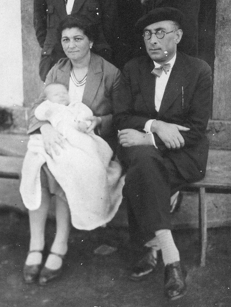 Victoriano e Carmen co seu neno Fuco, na Ponte de Mera.