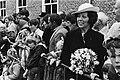 Viering Koninginnedag in Veere, dubbelgangster Beatrix tussen het publiek in Veere, Bestanddeelnr 931-4607.jpg