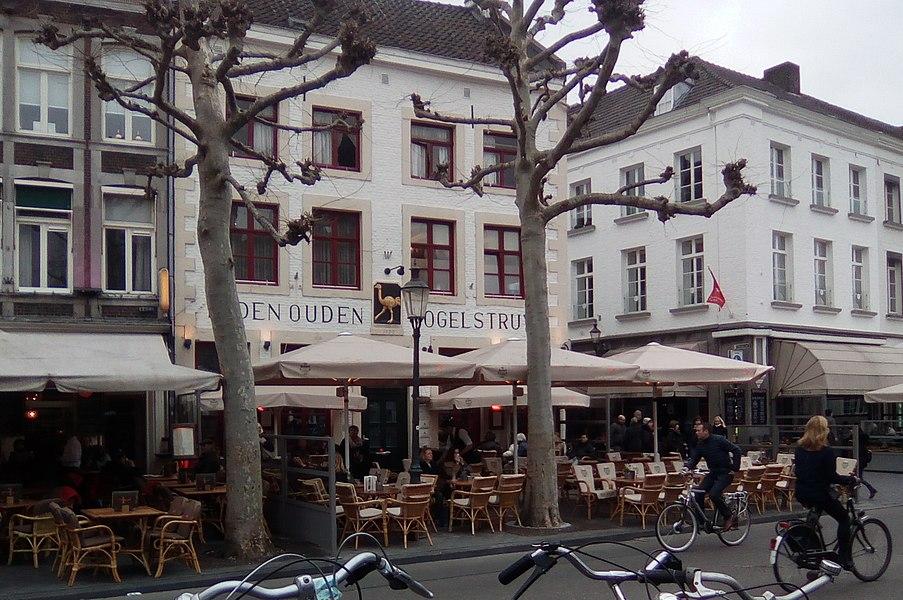 "Vrijthof mit dem Café ""Den Ouden Vogelstruys"" in Maastricht"