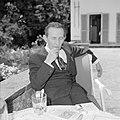 Walter Mehring zittend op een terras, Bestanddeelnr 254-5057.jpg
