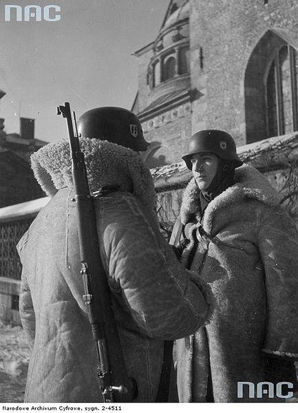 File:Wartownicy z 10 pułku SS Totenkopf w Krakowie podczas zmiany warty.jpg