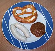 Münchner Weißwürste mit Brezel (Brezn) und süßem Senf