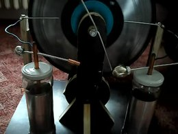 Bestand:Wimshurst machine (homemade).webm