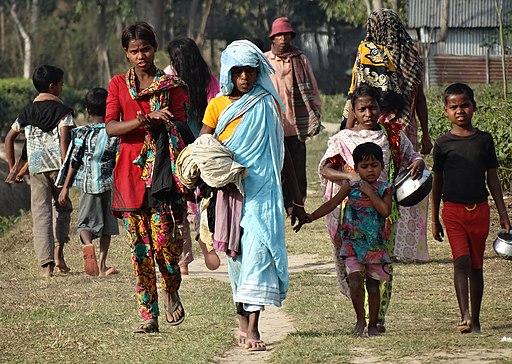 512px-Workers_on_Finlay_Tea_Plantation_-_Outside_Srimangal_-_Sylhet_Division_-_Bangladesh_(12903533184).jpg (512×364)