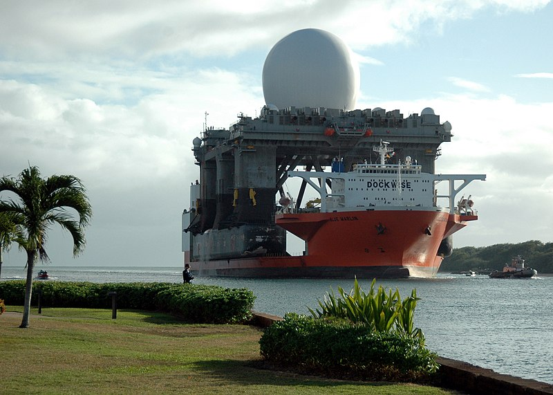 Plik:X band radar platform entering Pearl on Heavy lift Marlin.jpg