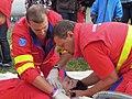 ZZS MSK, záchranáři, zajištění krční páteře a transport na scoop rámu (05).jpg
