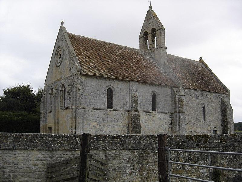 Église Saint-Martin du Cainet au clocher peigne et chevet plat construite au XIIè et XIIIè siècles en  pierre calcaire de Creully