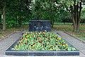 Братская могила воинов Красной Армии в бывшей деревне Александровка слева от памятника.jpg