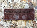 022 Placa commemorativa, jardins Ernest Lluch (Sta Coloma de Gramenet).JPG