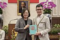 09.20 總統接見「106年國際青年大使交流計畫團員」,並贈禮予團員代表 (36525804533).jpg