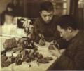 1953-01 1952年鞍山钢铁工程师关子祥与罗耀星检查铁矿石.png