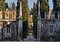 1993-1994-Giardino Giusti (Verona)-testo e photo Paolo Villa-nB02 Veduta del cancello principale, 2obelischi statue fontane porte rettangolari, viale con fuga prospettica e cipressi, muro merlato di cinta.jpg