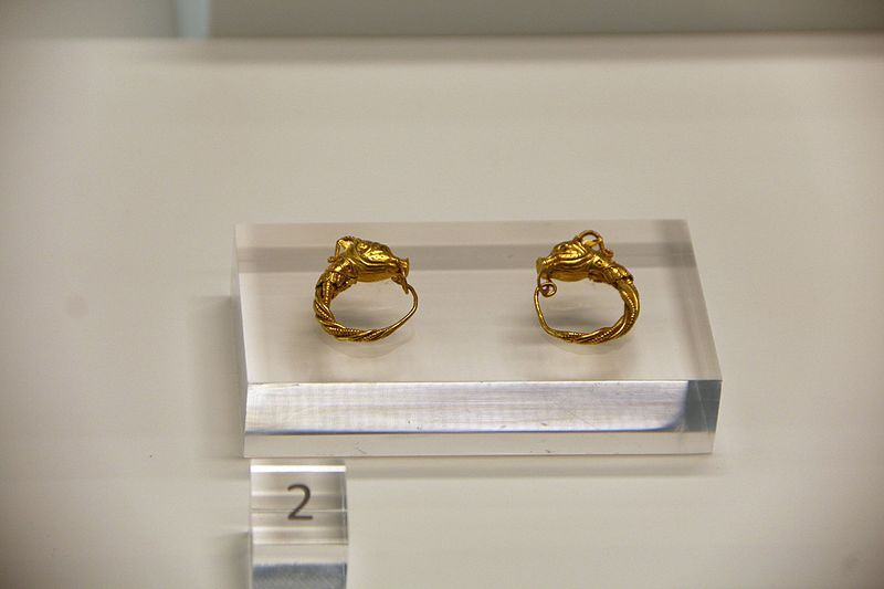 File:9125 - Gold ear-rings (2nd century AD) - Reggio Calabria archaeological museum - Photo by Giovanni Dall'Orto, October 27 2016.jpg