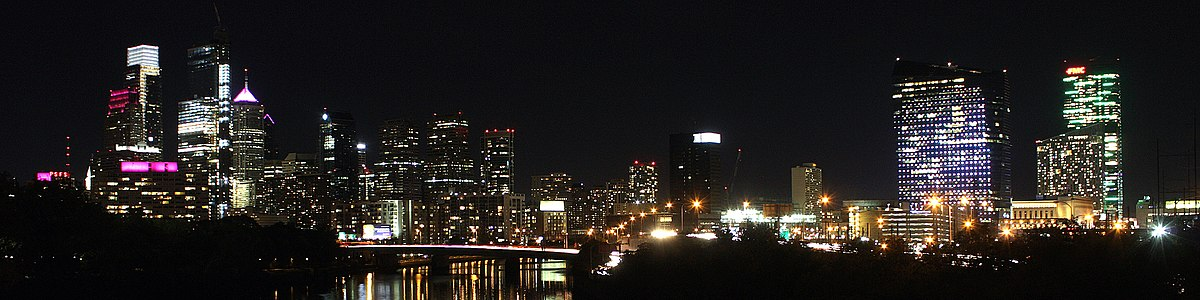 Skyline at night from the northwest on the Spring Garden Street Bridge with Comcast Technology Center toward left with crane on roof, 2017 (annotated version)