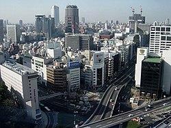 Akasaka com a estação de Akasaka-mitsuke abaixo do cruzamento em primeiro plano