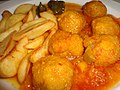 Albóndigas en salsa con patatas fritas.jpg