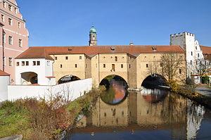 """Die Stadtbrille, das Wahrzeichen von Amberg. Der dritte Bogen links wurde erst vor wenigen Jahren """"wiederentdeckt"""". Links grenzt das kurfürstl. Schloss an, rechts das Zeughaus."""