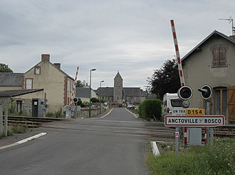 Anctoville-sur-Boscq - Railway crossing and road into Anctoville-sur-Boscq