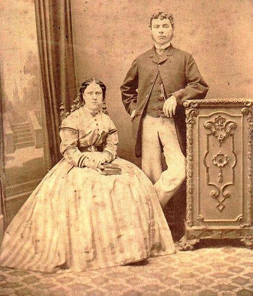 開膛手傑克的受害者之一,安妮‧查普曼1869年的結婚照片。她曾經懷抱希望走入婚姻,直到生出殘疾孩子,丈夫與她離婚之後,她淪入了倫敦東區。