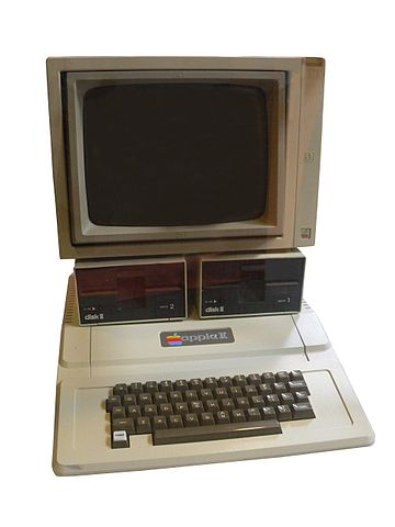 Apple IIe mit Floppy Disk Stationen und Monitor
