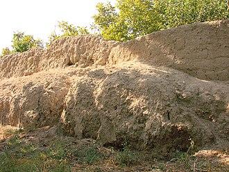 Barda, Azerbaijan - Image: Bərdə türbəsi ətrafında Torpaq qala