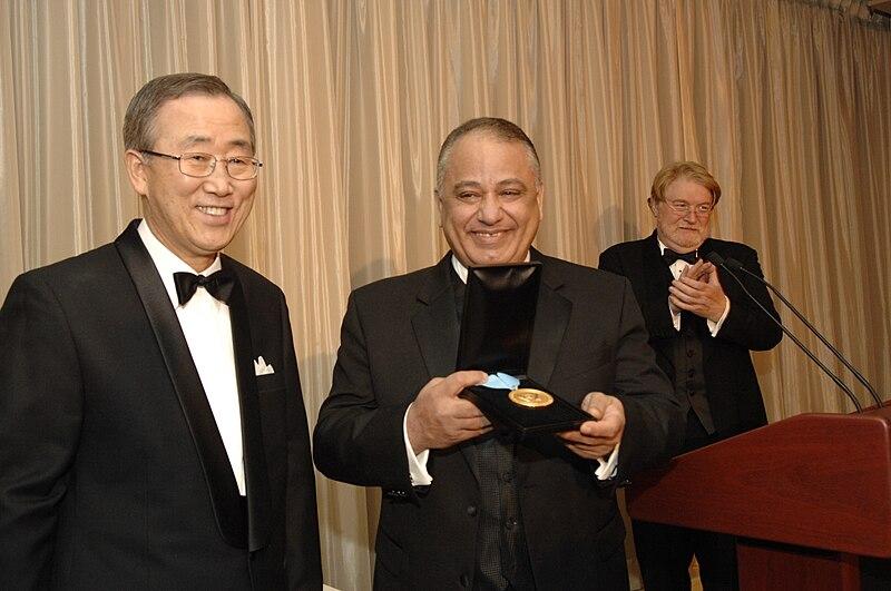Ban Ki-moon otorga a Talal Al-Haj un Premio de Oro de UNCA.jpg