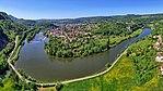 Baume-les-Dames, vue générale de la ville dans la boucle du Doubs.jpg