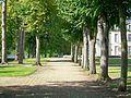 Beaurepaire (60), château, allée latérale sur l'avant-cour.jpg