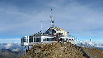 Parpaner Rothorn - The cable car station on the lower summit