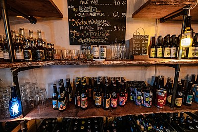 Bier-Regal im Brauwerk Freistil in Tübingen 2019.jpg