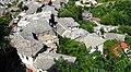 Blick über die steinernen Dächer der Altstadt von Gjirokastra. - panoramio.jpg